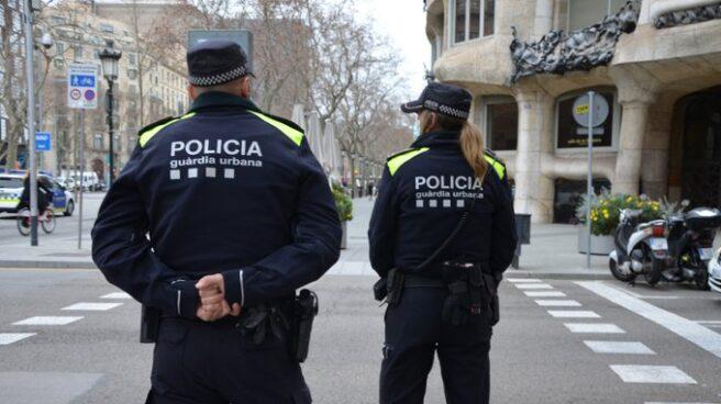 Policías vigilando en Barcelona.