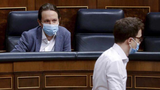 Iglesias mira a Errejón en una sesión en el Congreso de los Diputados