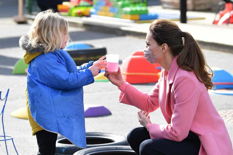 Kate Middleton, duquesa de Cambrigde, con una niña en una visita a una guardería en Londres