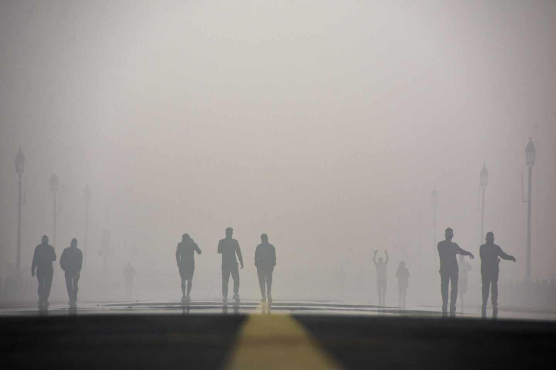 Una carretera con poca visibilidad por la contaminación