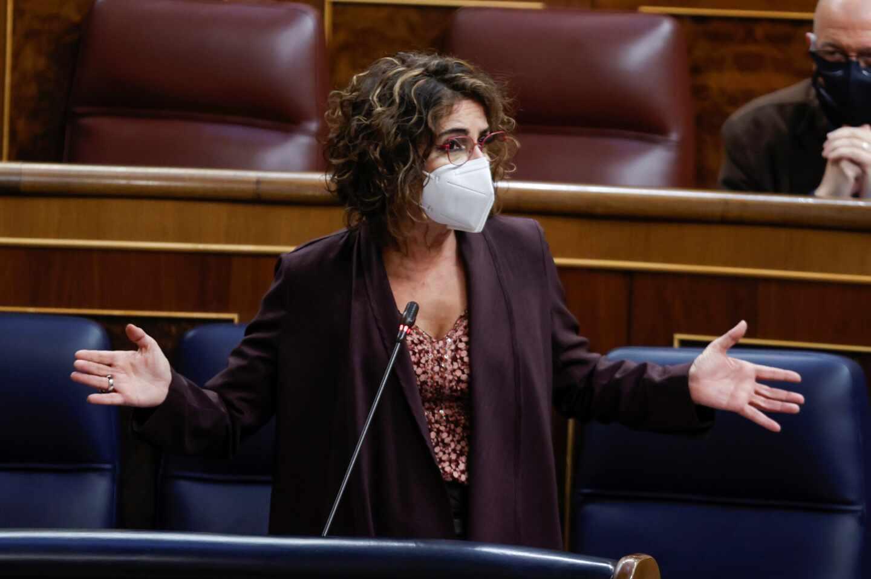La ministra de Hacienda, María Jesús Montero, en una sesión de control al Gobierno.