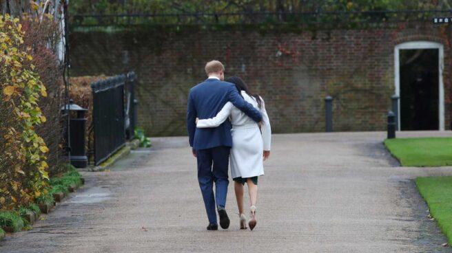 Meghan Markle y su marido, el príncipe Harry, de paseo en unos jardines
