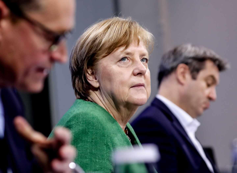 La canciller alemana, Angela Merkel, junto al alcalde de Berlín, Michael Müller, y el premier bávaro, Markus Söder