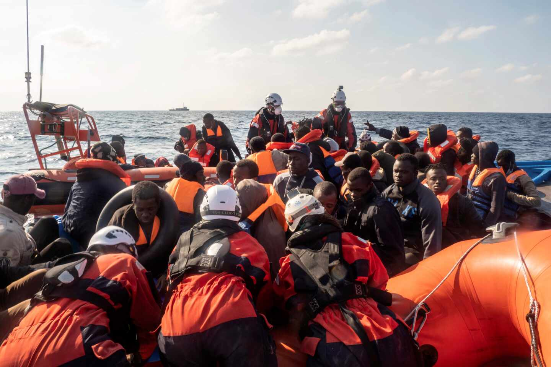 Un grupo de migrantes, recién rescatado en el Mediterráneo