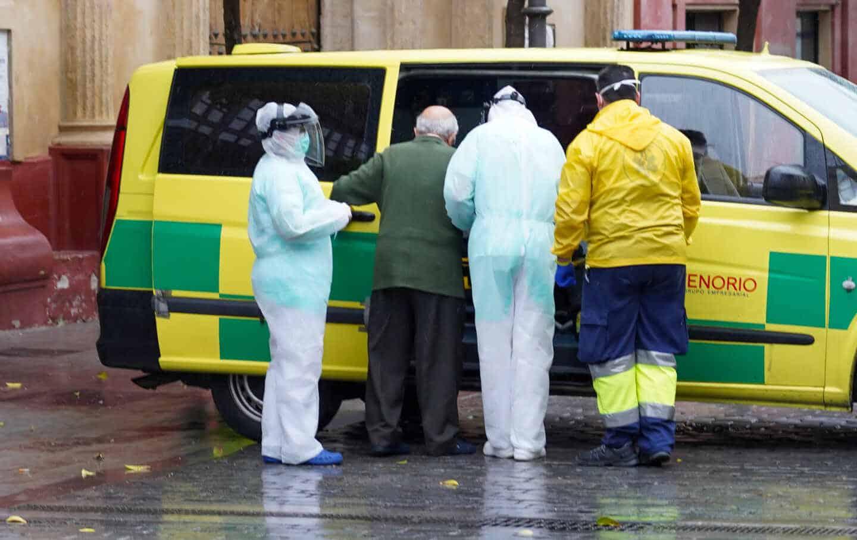 Una ambulancia trasladando a una persona al hospital