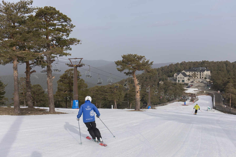 Varios esquiadores en la pista de El Bosque en la estación de esquí de Navacerrada.