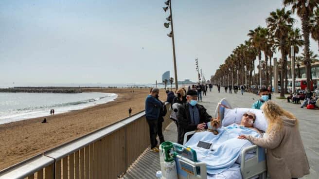 Margarita Pascual, paciente ingresada en la UCI del Hospital del Mar, fue sacada al Paseo Marítimo de Barcelona.