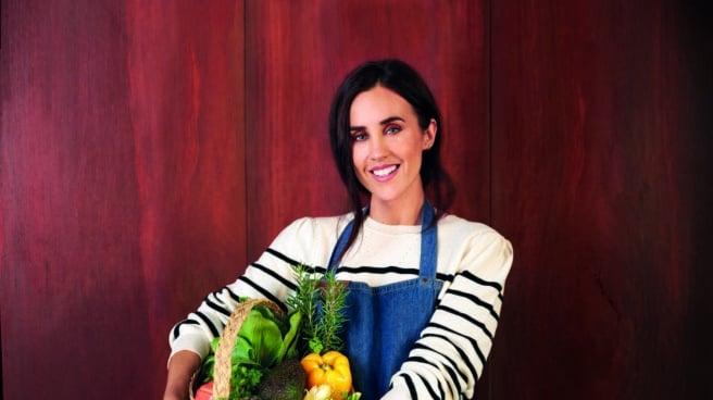 La influencer fitness Patry Jordan con un cesto de verduras en el regazo