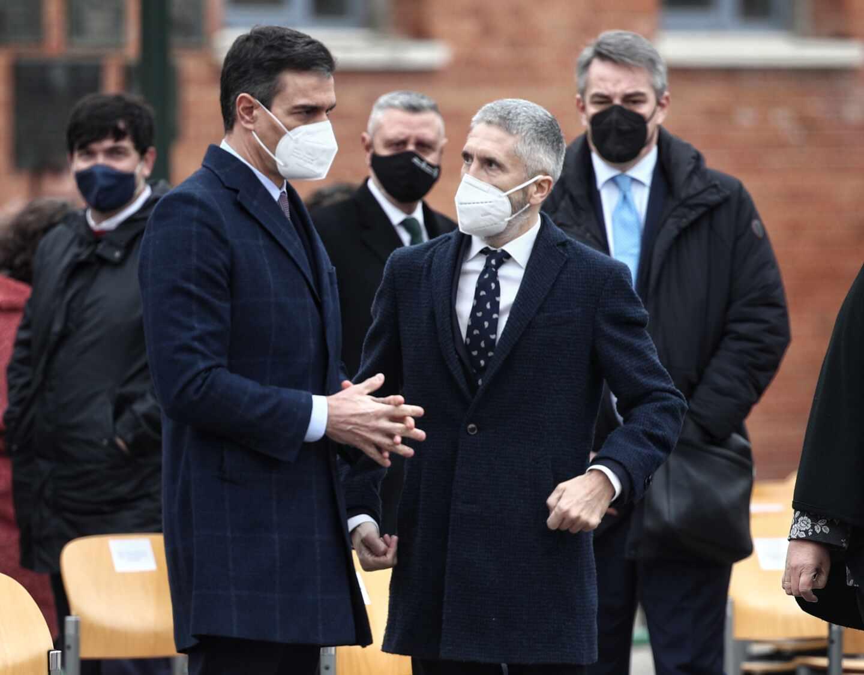 Pedro Sánchez charla con Fernando Grande-Marlaska.