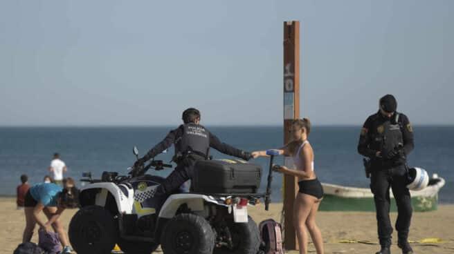 Policías en la playa de la Malvarrosa de Valencia.
