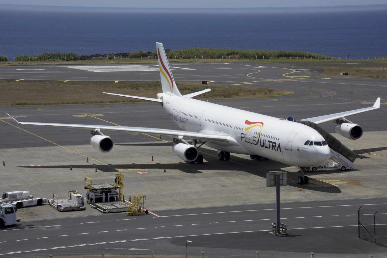 Un avión de la aerolínea Plus Ultra en una pista de un aeropuerto.