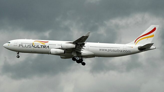 Un avión de Plus Ultra sobrevuela el cielo nublado