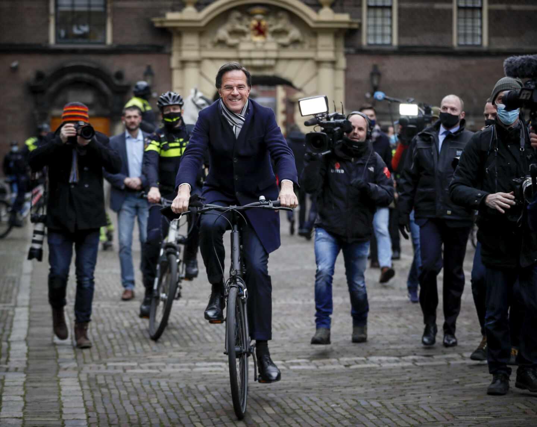 Mark Rutte, primer ministro de los Países Bajos, en bicicleta, como suele moverse por la capital