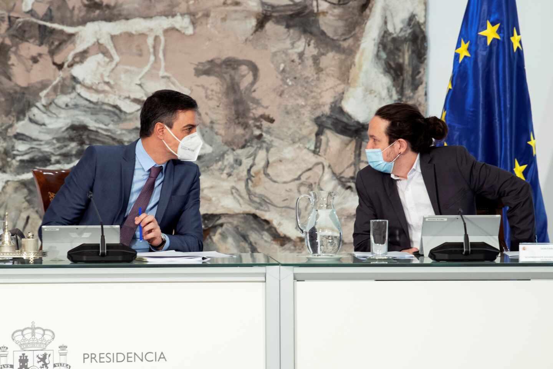 Pablo Iglesias, en su último Consejo de Ministros junto a Pedro Sánchez.