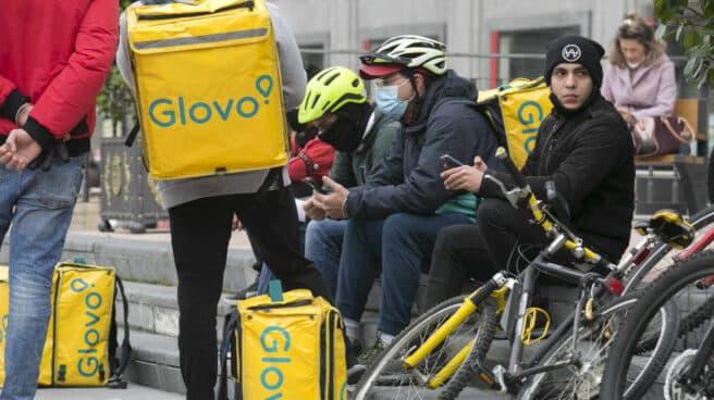 Un grupos de repartidores 'riders' descansando entre los pedidos