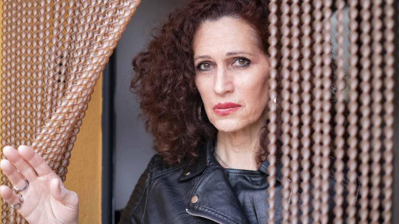 Esperanza Álvarez, que cambió de sexo a finales de los 80, posa en la puerta de su casa para El Independiente
