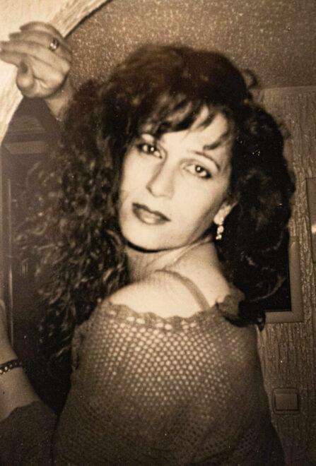 Esperanza Álvarez, que cambió de sexo a finales de los 80, en una foto de joven que cuelga en su casa