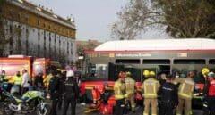 Un aparatoso accidente de autobús deja un motorista herido y provoca largas retenciones