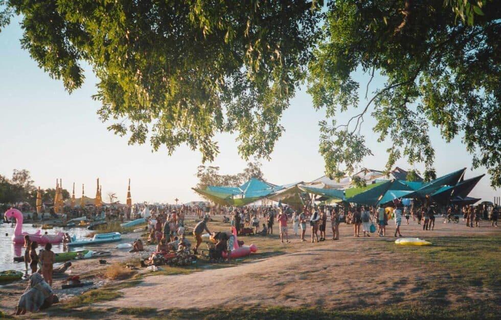 Un festival en una playa en verano con gente bañándose
