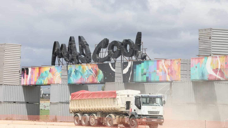 Un camión saliendo de la entrada del Festival Mad Cool