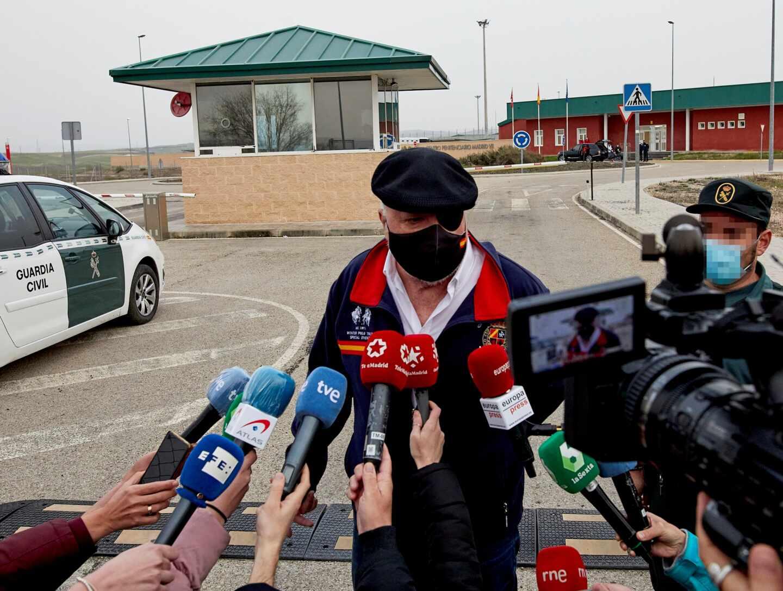 El comisario José Manuel Villarejo ofrece declaraciones a los medios tras salir de la cárcel de Estremera (Madrid).
