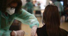 Una farmacéutica recibe una vacuna contra el coronavirus en Madrid