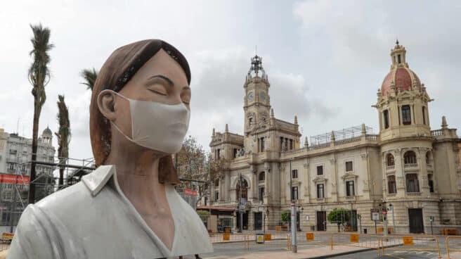 Una falla con una mascarilla en la plaza del ayuntamiento de Valencia