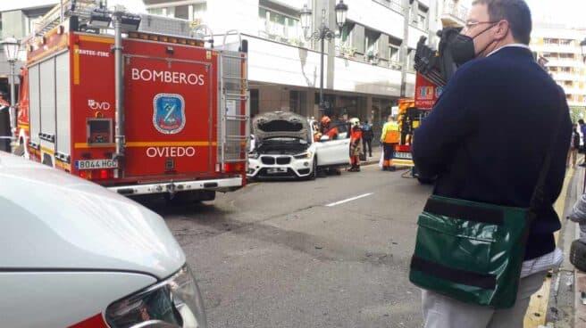 Los bomberos trabajan en el lugar del accidente en Oviedo (Asturias)