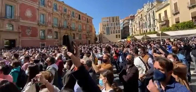 Miles de personas se concentran en la plaza de la catedral de Murcia contra la moción de censura.