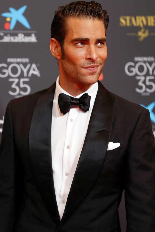 El modelo y actor Jon Kotajarena, a su llegada a la gala de la 35 edición de los Premios Goya