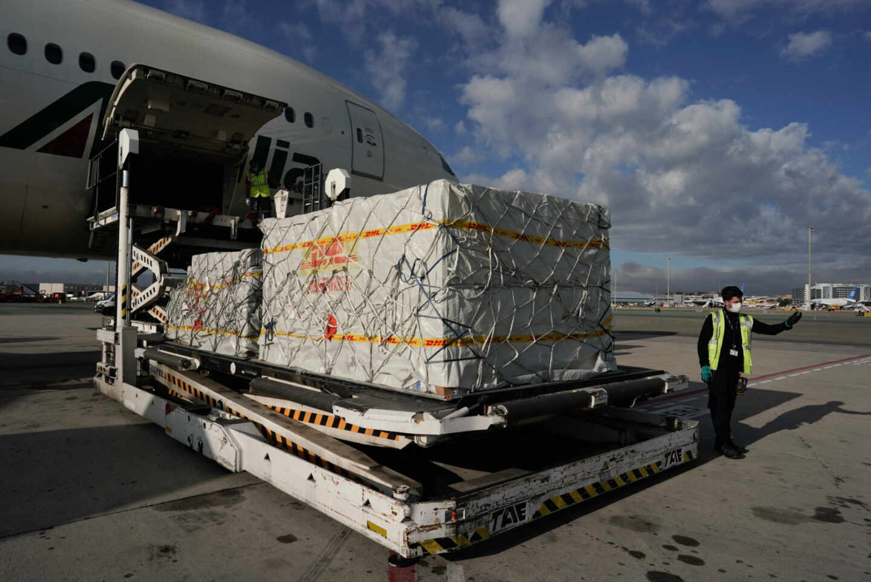Personal del aeropuerto de Barajas descarga un avión procedente de China la pasada primavera.