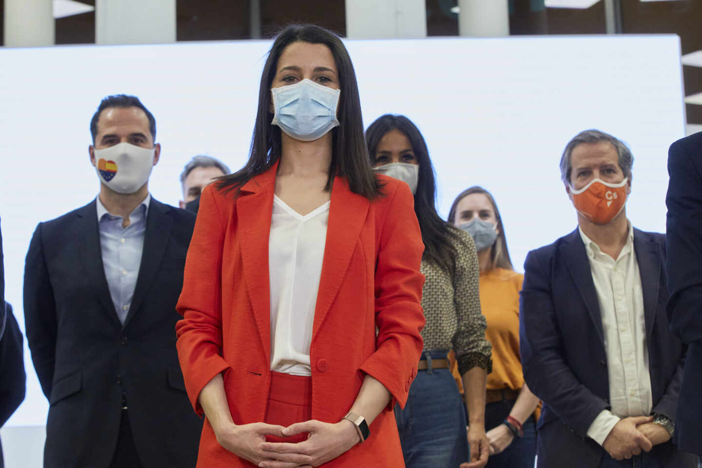 La presidenta de Ciudadanos, Inés Arrimadas, y el nuevo Comité Permanente del partido.