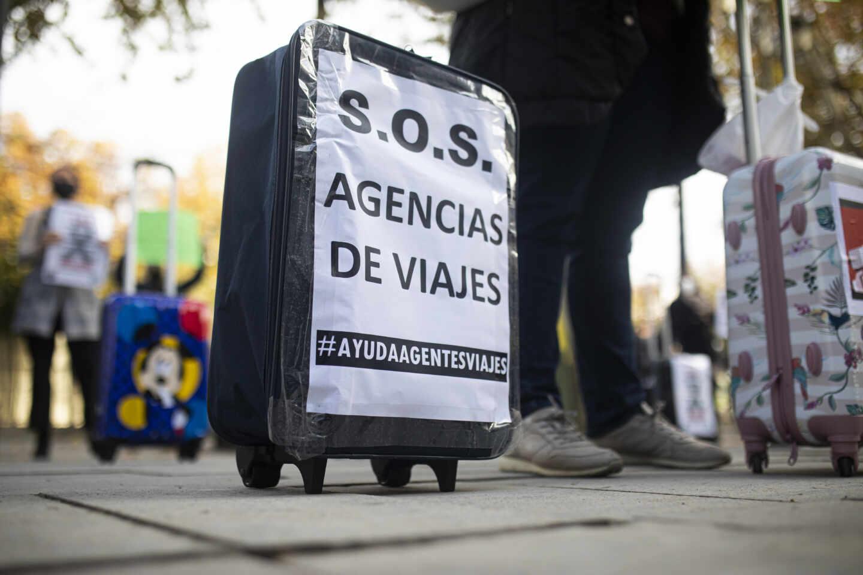 """Un cartel de protesta en una concentración de agencias de viajes en el que se lee: """"S.O.S Agencias de viajes"""""""