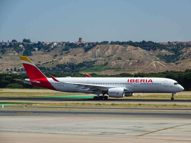 Avión de Iberia despegando, empresa que se une en la lucha contra el cambio climático y el uso de combustibles limpios