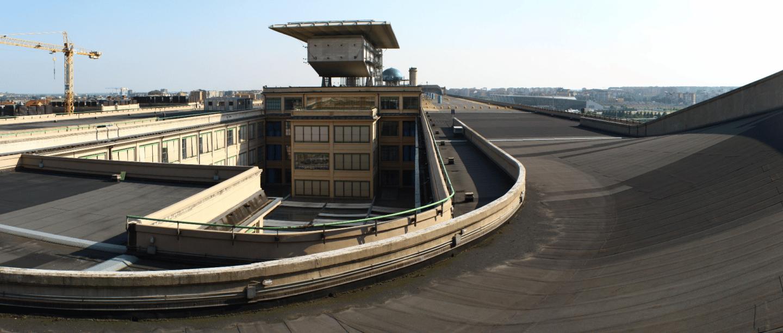Pista panorámica sobre la azotea de uno de los edificios de la factoría de Fiat en Lingotto, en Turín (Italia).
