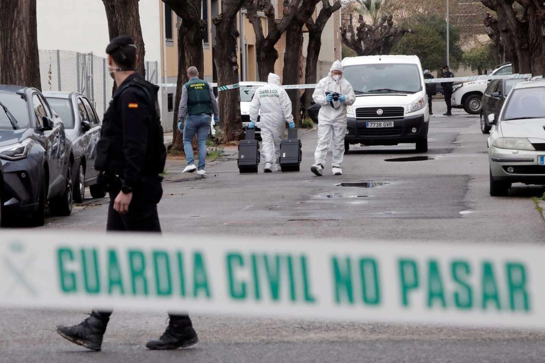 Agentes de la Guardia Civil trabajan en el lugar donde una mujer ha resultado herida de gravedad este lunes en la localidad valenciana de Massamagrell
