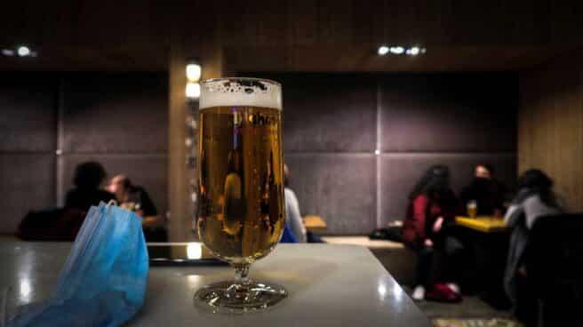 Vista de una caña en la mesa de un bar. EFE/Javier Etxezarreta/Archivo