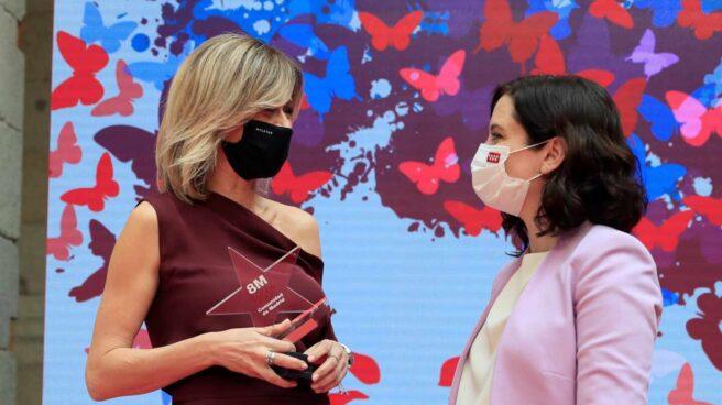 La presidenta de la Comunidad de Madrid, Isabel Díaz Ayuso, con la periodista Susanna Griso durante la entrega de los Reconocimientos 8 de marzo.