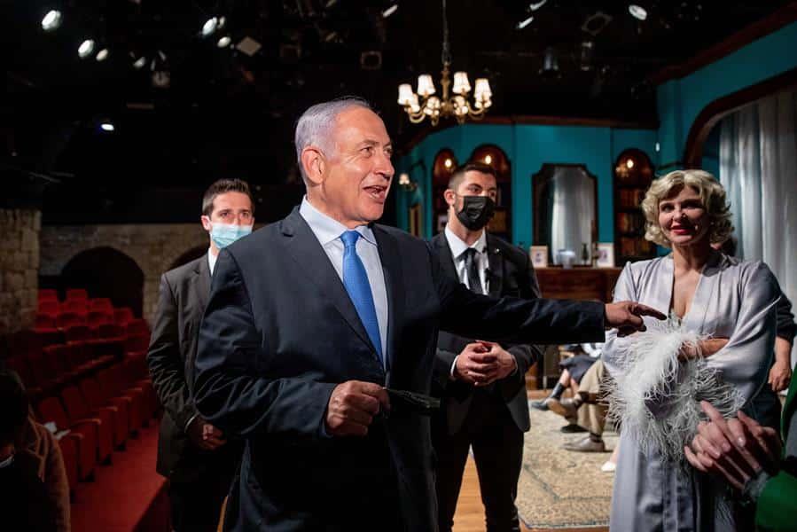 El primer ministro israelí, Benjamin Netanyahu, durante una visita a un teatro.