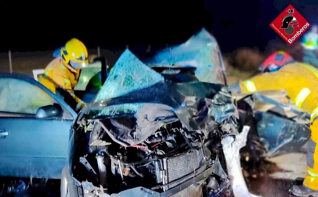 Bomberos trabajan en el accidente de tráfico ocurrido en Agost.