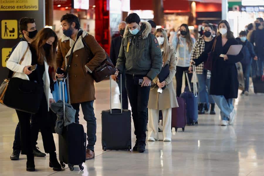 Varios viajeros hacen cola ante un mostrador de facturación en el aeropuerto Adolfo Suárez Madrid-Barajas