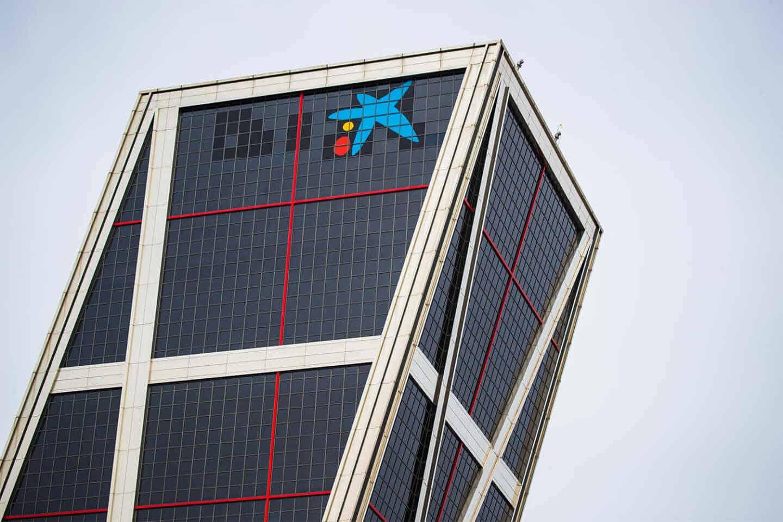 Sede de CaixaBank en las torres Kio de Madrid, con el nuevo logo.