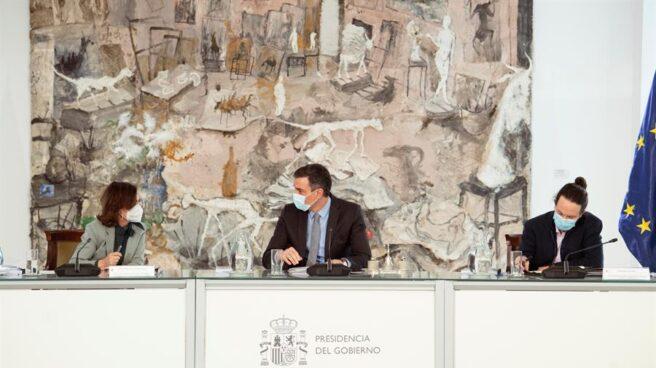 Carmen Calvo, Pedro Sánchez y Pablo Iglesias, en el consejo de ministros.