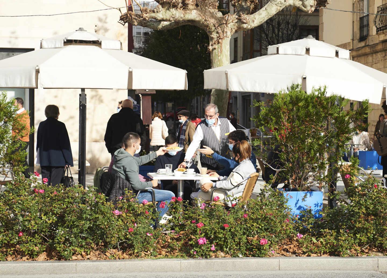 Personas sentadas en terrazas en Santander, Cantabria (España).