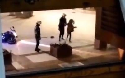Dos agentes golpean a una joven en Benidorm (Alicante).