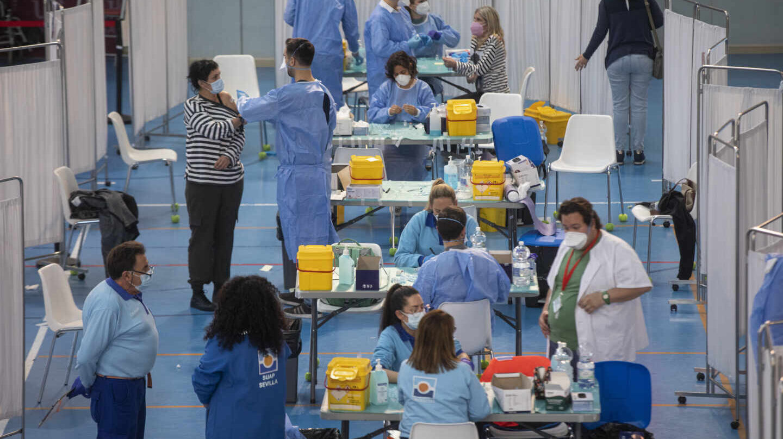 Sevillanos, vacunándose el pasado jueves en un pabellón de deportes.