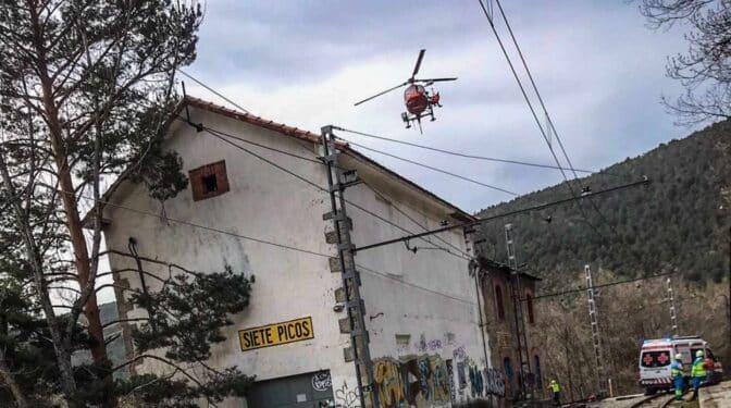 Un joven cae desde 5 metros de altura tras electrocutarse con la catenaria de un tren