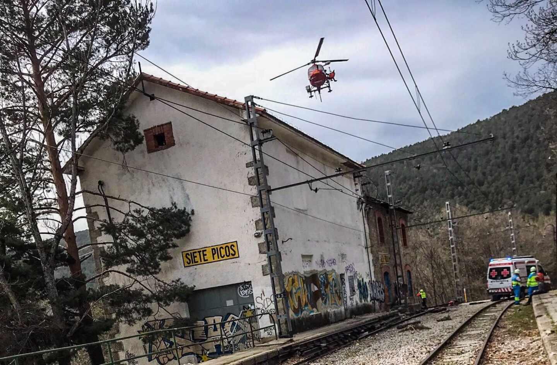 Un joven de 16 años cae desde 5 metros de altura tras electrocutarse con la catenaria de un tren en Cercedilla