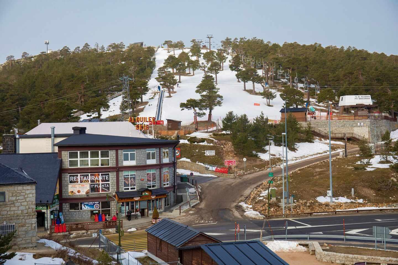 Vista general de la pista Escaparate en la estación de esquí de Navacerrada en Madrid (España), y de algunos negocios del Puerto.