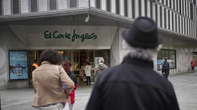 Clientes hacen cola a las puertas de El Corte Inglés en Pamplona.